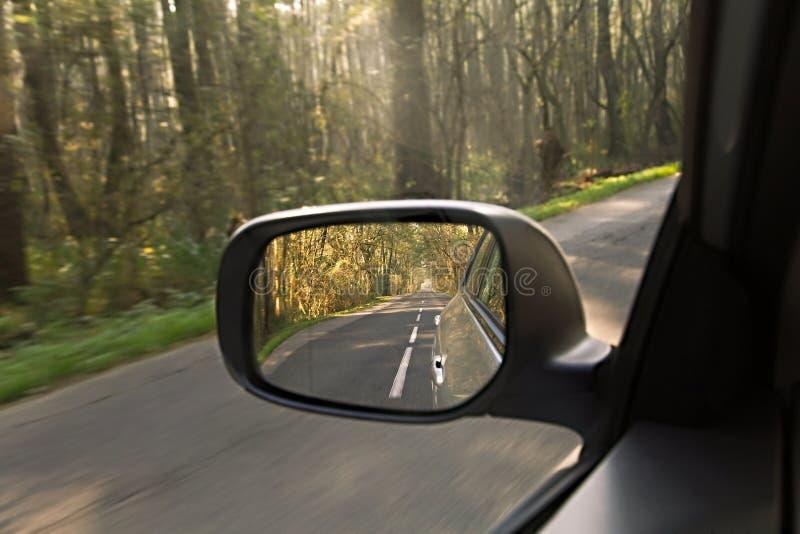 Samochodowego lustra drogi widok obraz stock