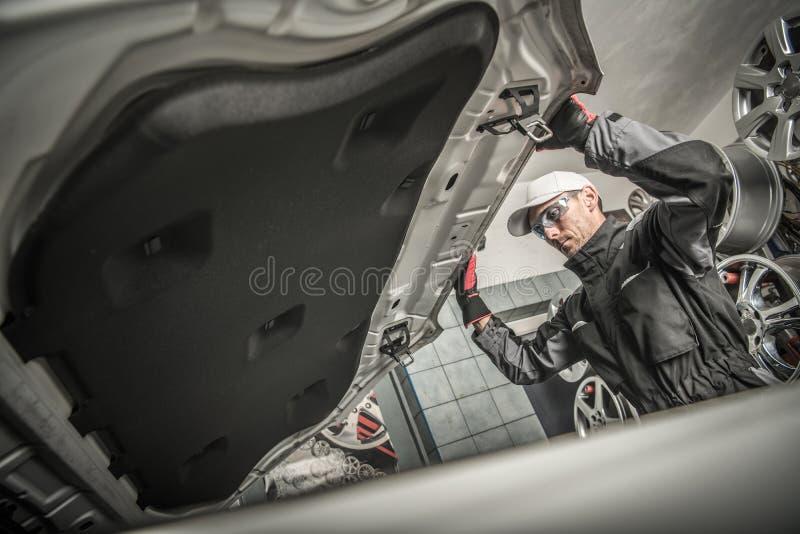Samochodowego mechanika otwarcia kapiszon obraz stock