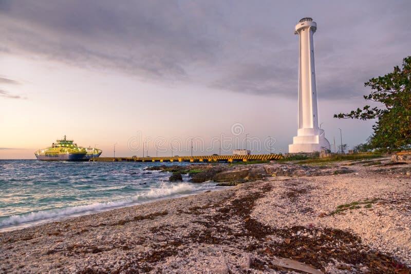 Samochodowego promu mola latarni morskiej nieba zmierzchu kolor?w Karaiby Dramatyczna pla?a Cozumel zdjęcie stock