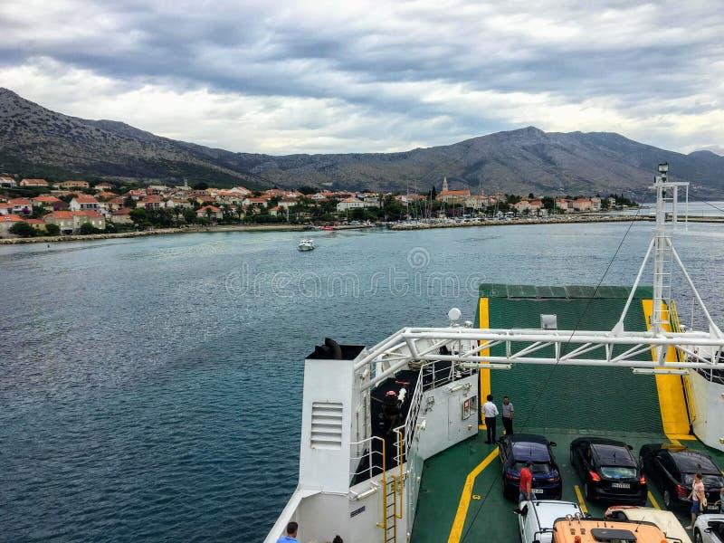 Samochodowego promu skrzyżowanie od Domince na Korcula wyspie Orebic na Peljesac półwysepie w pięknym Chorwacja, zdjęcie stock