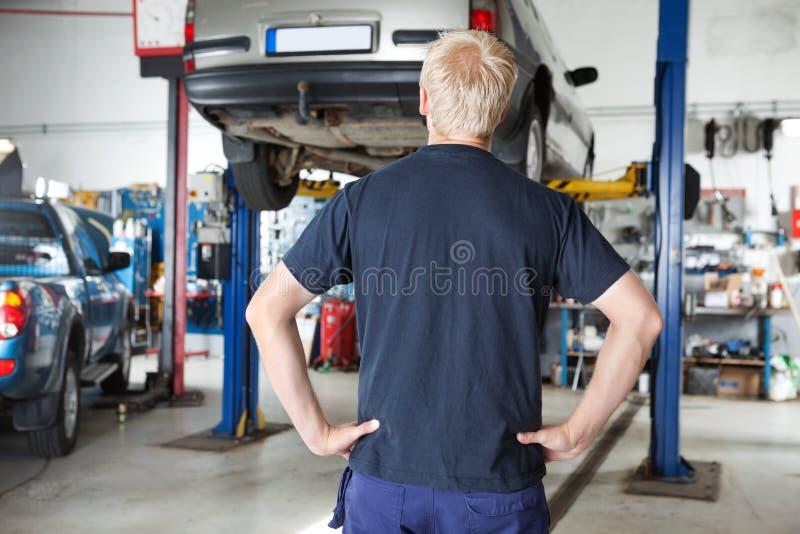 samochodowego przyglądającego mechanika tylni widok obraz stock