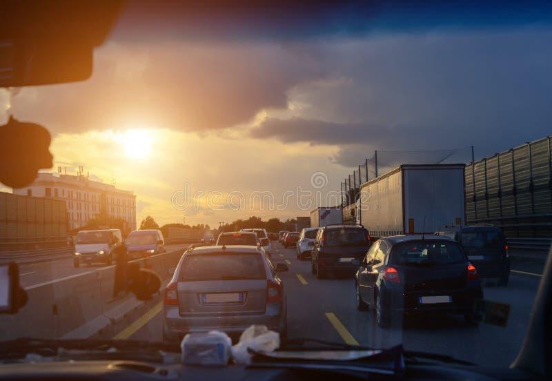 Samochodowego ruchu drogowego dżem na autostradzie podczas evening godziny szczytu Strzelać od samochodowej kabiny zdjęcie royalty free