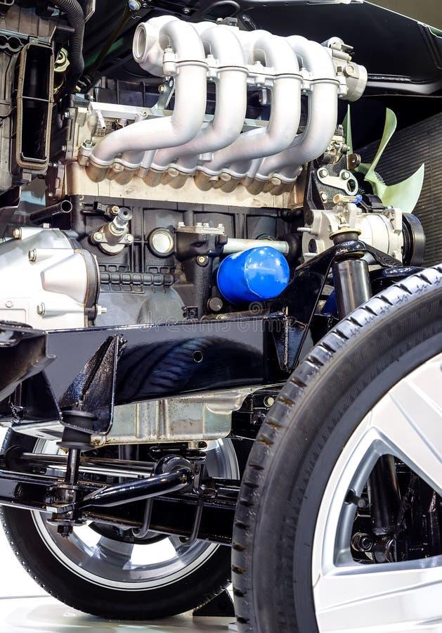 Samochodowego silnika zbliżenie, część samochodowy silnik z kołami i drivetrain cutaway, obraz stock