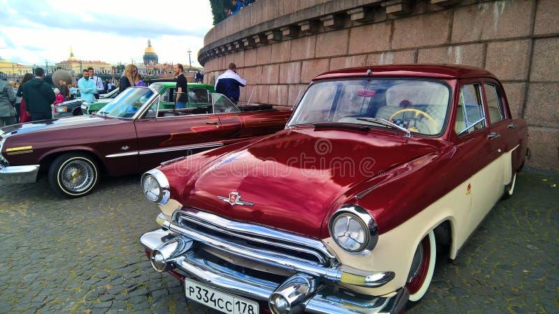 Samochodowego stpetersburg koloru nieba szklani uliczni retro czerwoni biali ludzie obraz royalty free