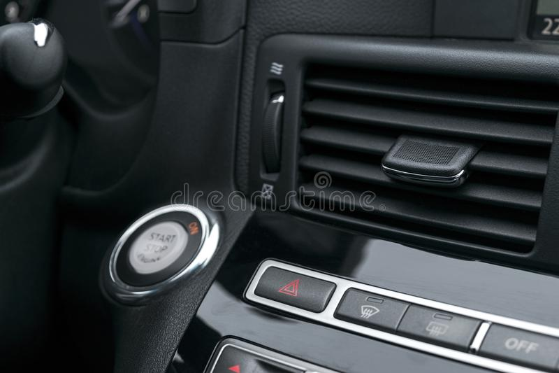Samochodowego zagrożenia ostrzegawczy migacze i przeciwawaryjny guzik z widocznym czerwonym trójbokiem Selekcyjna ostrość Automob fotografia stock