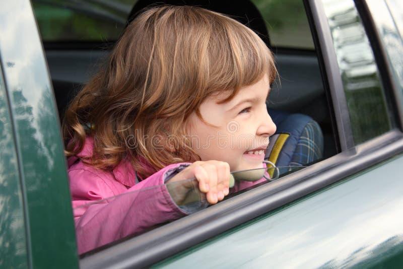samochodowej dziewczyny przyglądający rzutu okno obrazy stock