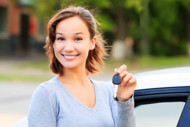 samochodowej dziewczyny szczęśliwy klucz fotografia stock