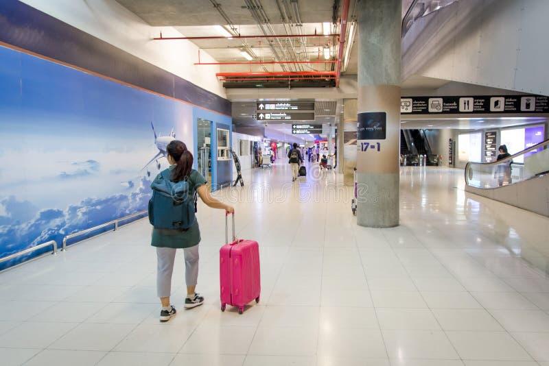 samochodowej miasta pojęcia Dublin mapy mała podróż Kobieta niesie twój bagaż przy suvarnabhumi a zdjęcie royalty free