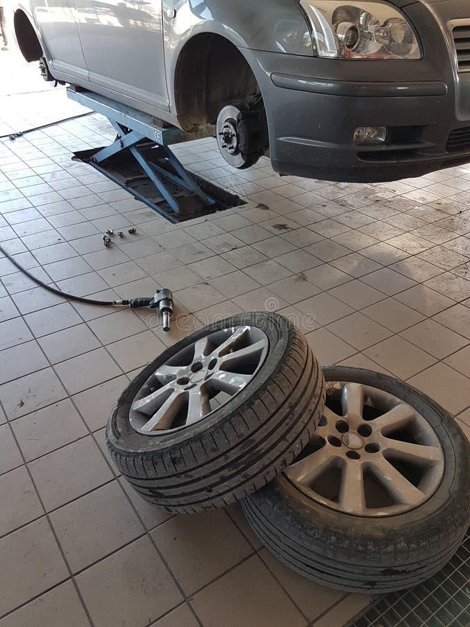 samochodowej opony zmiana, samochodowy remontowy sklep obraz stock