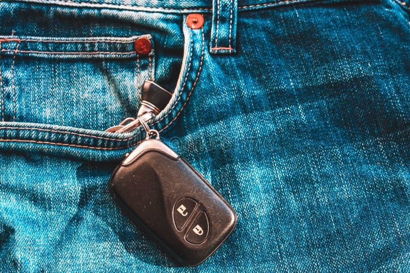 Samochodowi klucze w cajg kieszeni obrazy royalty free