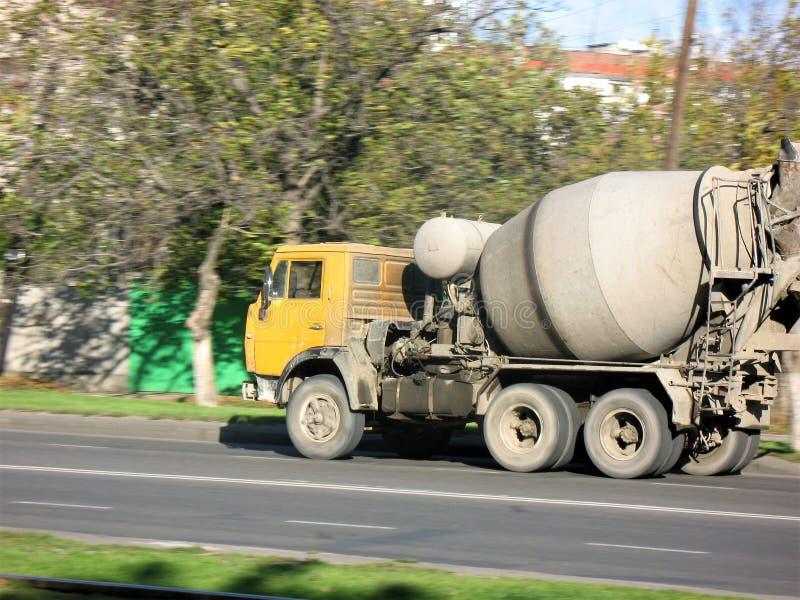 Samochodowy betonowego melanżeru kolor żółty jedzie na drodze obrazy stock