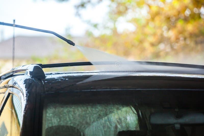 samochodowy czystości zakończenia pojęcie w górę domycia Cleaning samochód z wysokość naciska pianą i wodą zdjęcie royalty free