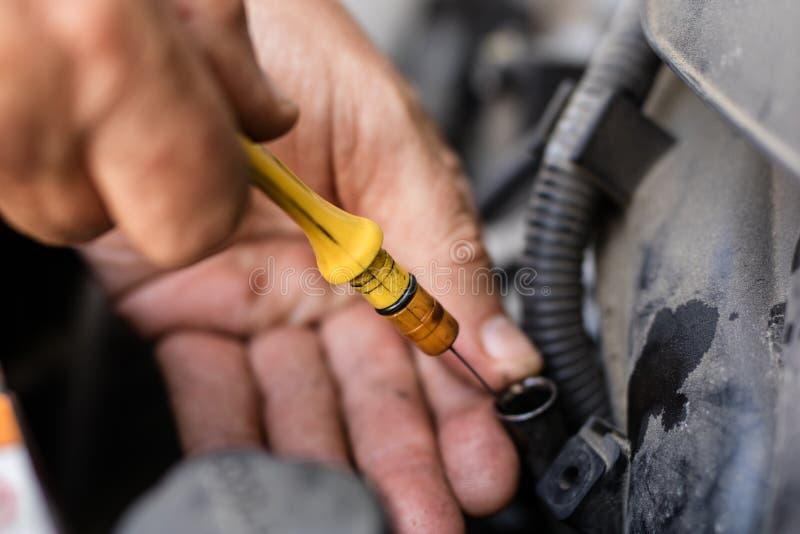 Samochodowy dipstick dla nafcianego pozioma pomiarów Sprawdzać parametry zdjęcie royalty free