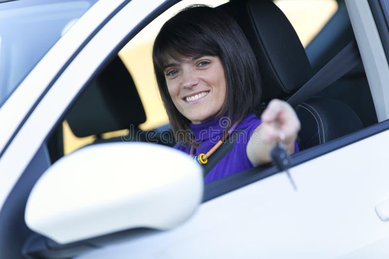 samochodowy jeżdżenie jej nowa kobieta obraz royalty free