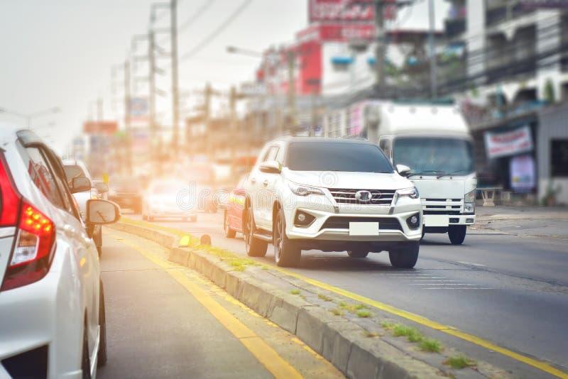 Samochodowy jeżdżenie na wysokiej sposób drodze fotografia stock