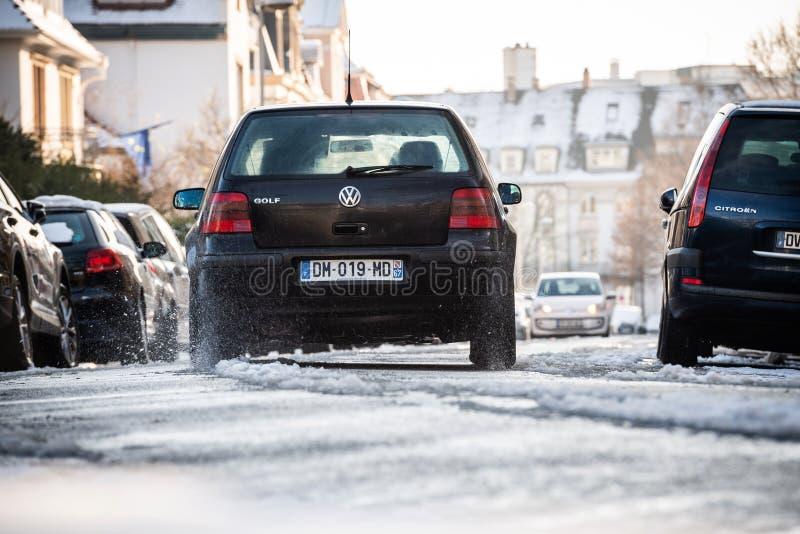 Samochodowy jeżdżenie w Strasburg na śnieżnej drodze obraz royalty free