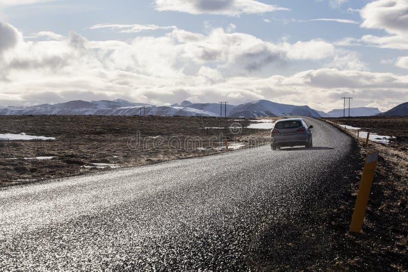 Samochodowy jeżdżenie wzdłuż obwodnicy w Iceland zdjęcie stock