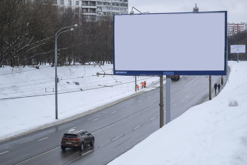 Samochodowy jeżdżenie za reklamowym stojakiem na zimy autostradzie w Moskwa obraz royalty free