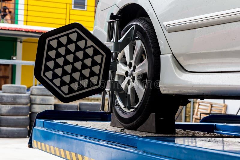 Samochodowy koło załatwiający z skomputeryzowanym obrazy stock