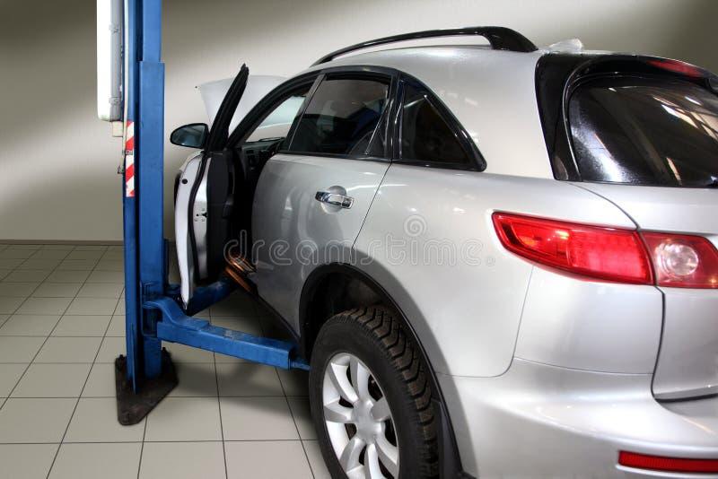 Samochód na inspekci zamieniać opony obraz stock