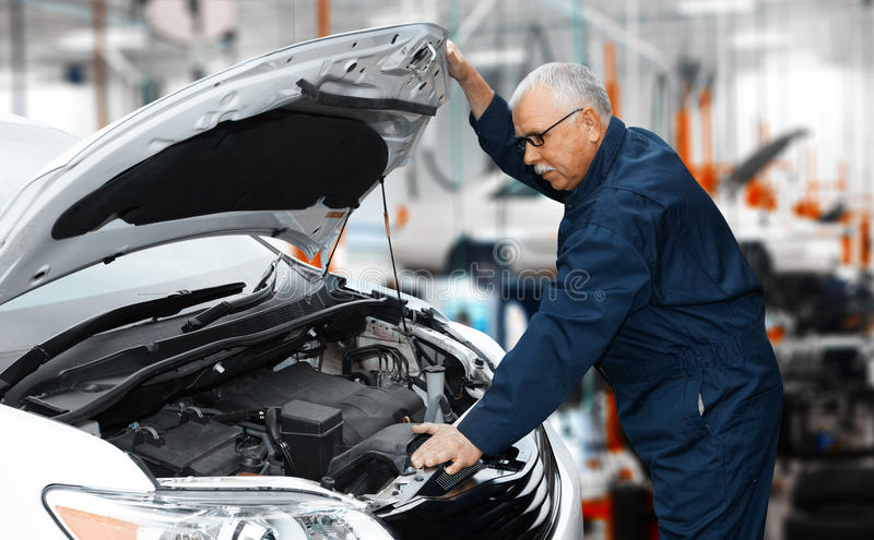 Samochodowy mechanik. obrazy stock