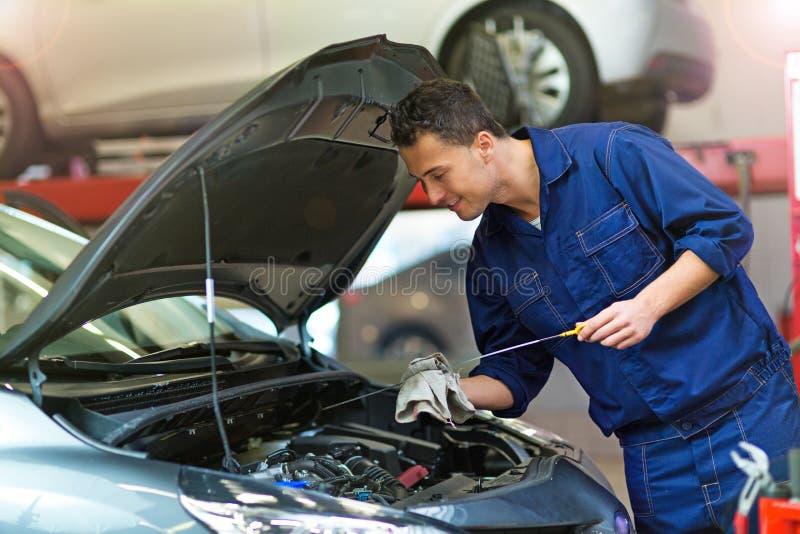 Samochodowy mechanik pracuje na samochodzie zdjęcie stock