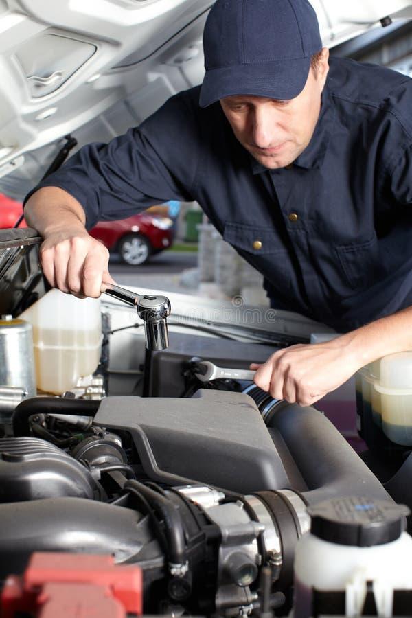 Samochodowy mechanik pracuje w auto remontowej usługa. obraz royalty free