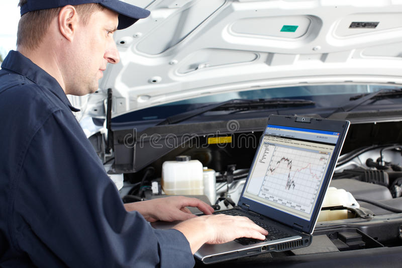Samochodowy mechanik pracuje w auto remontowej usługa. zdjęcie royalty free