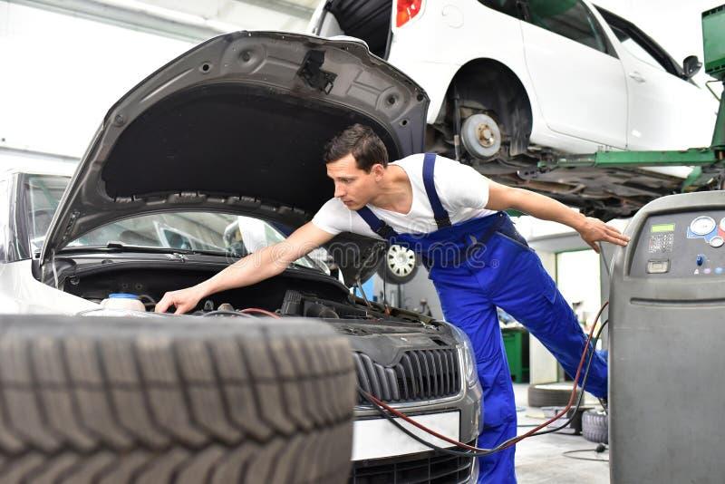Samochodowy mechanik pracuje w warsztacie, naprawa samochody zdjęcie royalty free