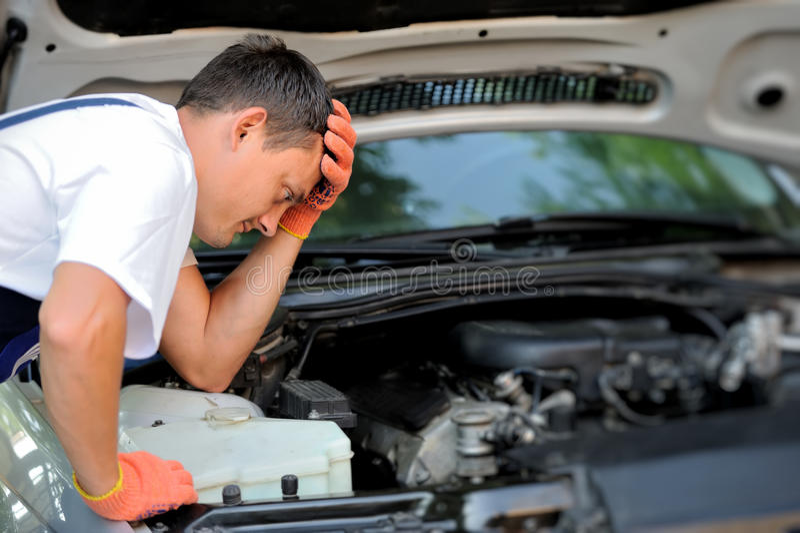 Samochodowy mechanik w auto remontowej usługa fotografia royalty free