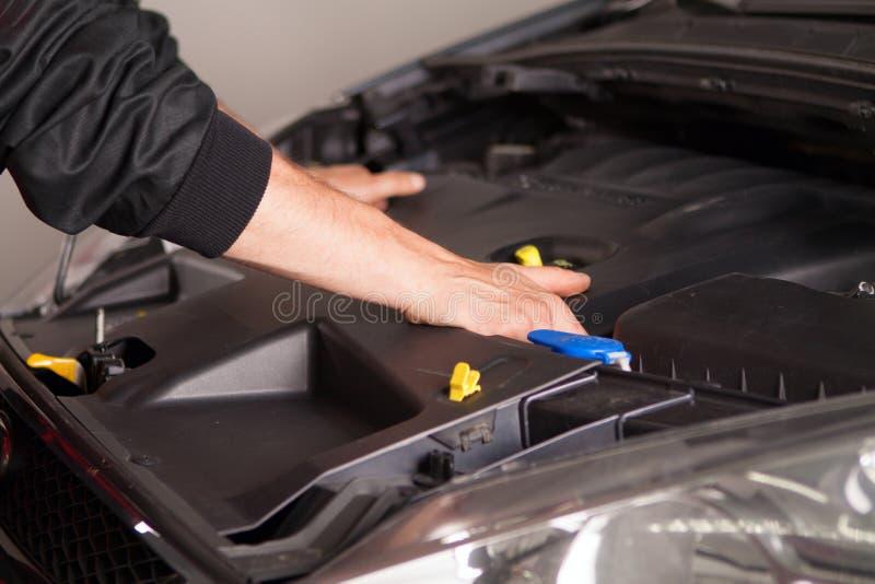 Samochodowy mechanik w jego remontowego sklepu pozyci obraz royalty free