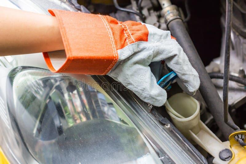 Samochodowy mechanik w jego remontowego sklepu pozyci obok samochodu obrazy royalty free