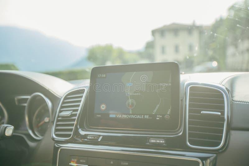 Samochodowy nawigacja pokaz na samochodowym panelu obraz stock