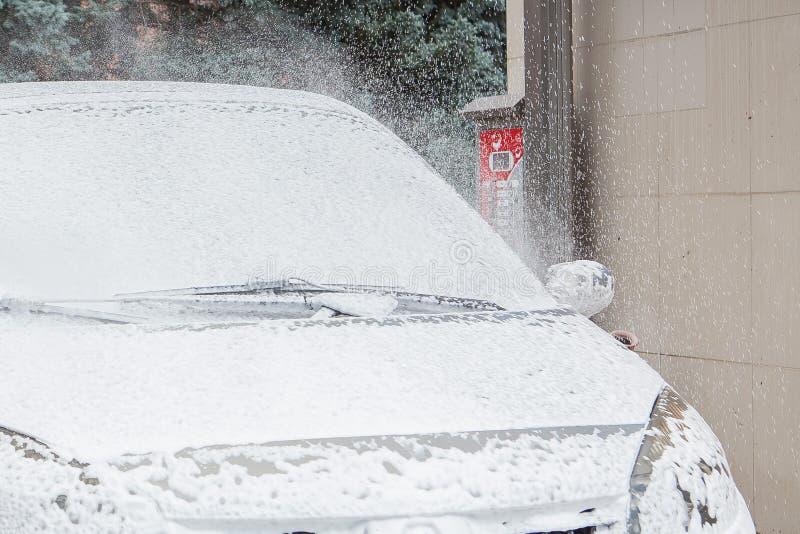 Samochodowy obmycie z pianą w samochodowego obmycia staci Carwash Pralka przy stacją samochodowy pojęcia ilustraci wektoru domyci fotografia stock