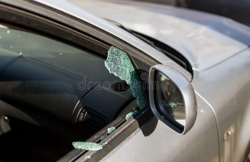 Samochodowy okno roztrzaskujący złodziejem Samochód łamający okno Łamany prawej strony okno samochód parkujący na ulicie obrazy stock