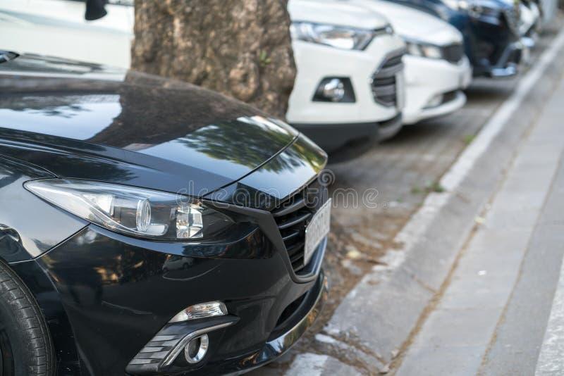 Samochodowy parking na bruku na Hanoi ulicie, Wietnam Miasto emisyjny brakować samochodowy miejsce do parkowania obraz stock