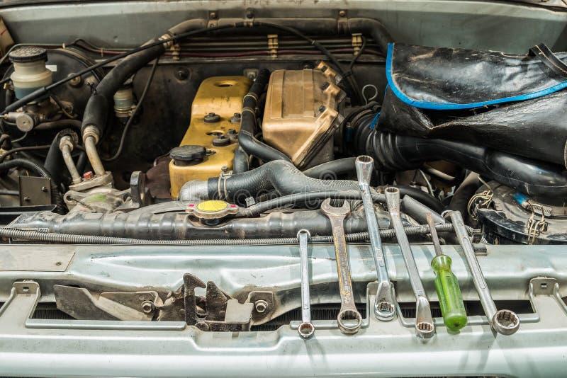 Samochodowy podnosi up starych otwartych silnik naprawy narzędzia fotografia stock