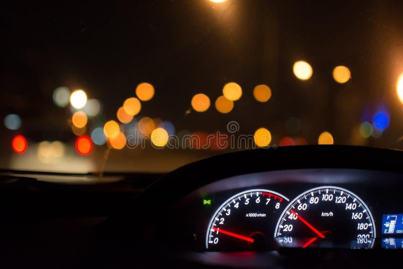 Samochodowy prowadnikowy czas w nocy mieście fotografia royalty free