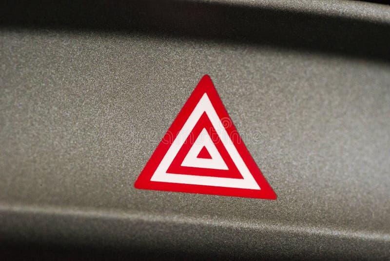 Samochodowy przeciwawaryjny uwagi światła guzik w czerwonym trójboku zdjęcie royalty free