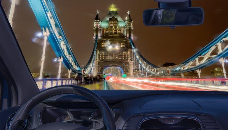Samochodowy przednia szyba widok wierza most przy nocą, Londyn, UK obraz stock