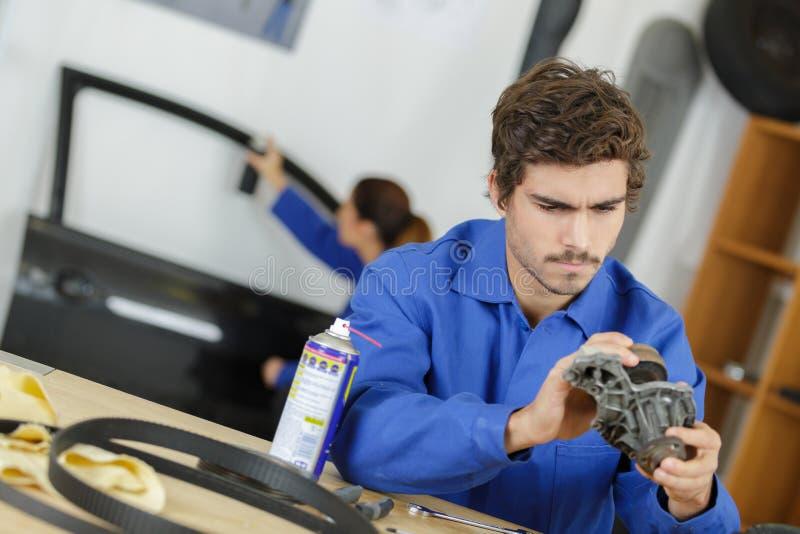 Samochodowy przekładni pudełka naprawy automobilowej naprawy garażu warsztatowy mechanik fotografia royalty free