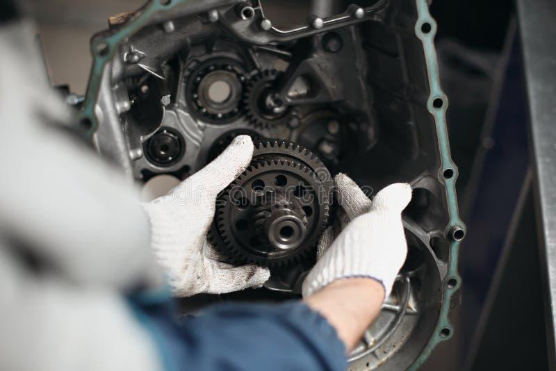 Samochodowy przekładni pudełka naprawy automobilowej naprawy garażu warsztatowy mechanik zdjęcie royalty free