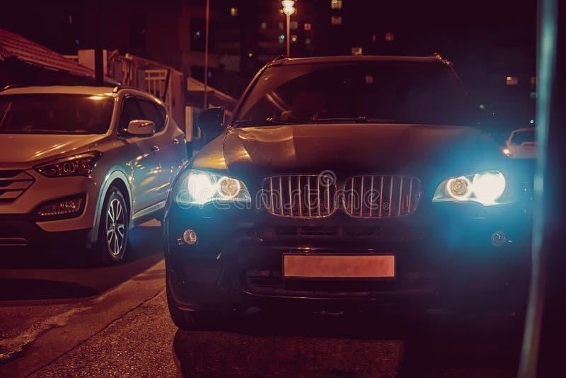 Samochodowy reflektor na mgłowym Noc czas Samochód na miasto drodze Wieczór nighttime Przy nocą samochód obraz royalty free