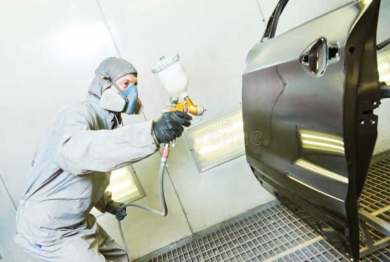 Samochodowy repairman malarz w sala obrazu samochodu drzwi obraz royalty free