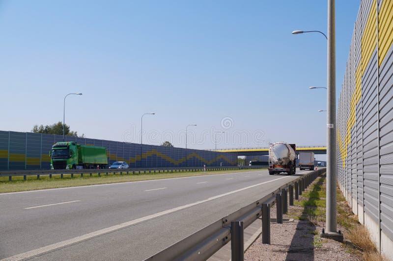 Samochodowy ruch drogowy na szybkiej drodze budował z dźwiękochłonnymi panel Hałas ochrona fotografia royalty free