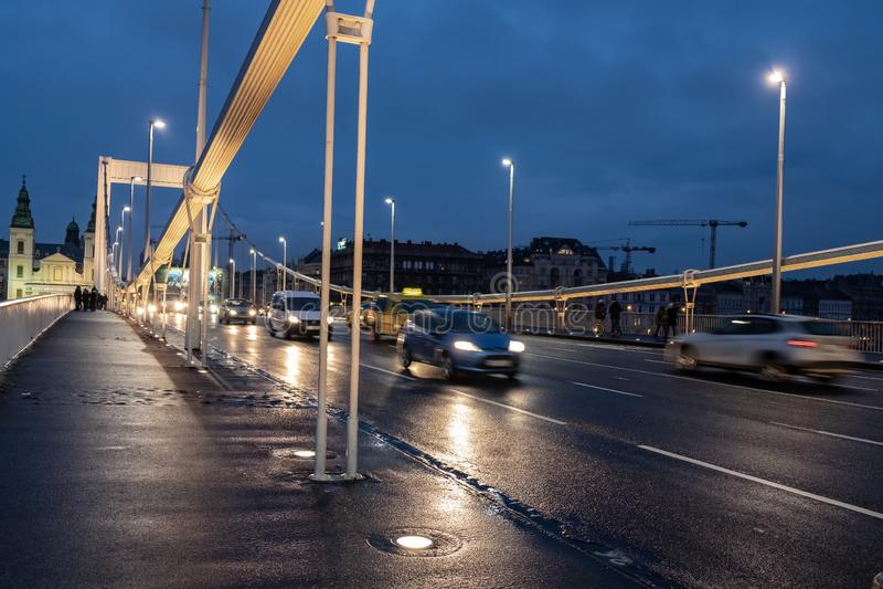 Samochodowy ruch drogowy przy Elisabeth mostem, Budapest obrazy stock