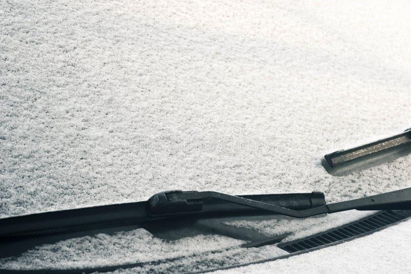 Samochodowy ` s windscreen wiper zakrywający w śniegu obraz stock