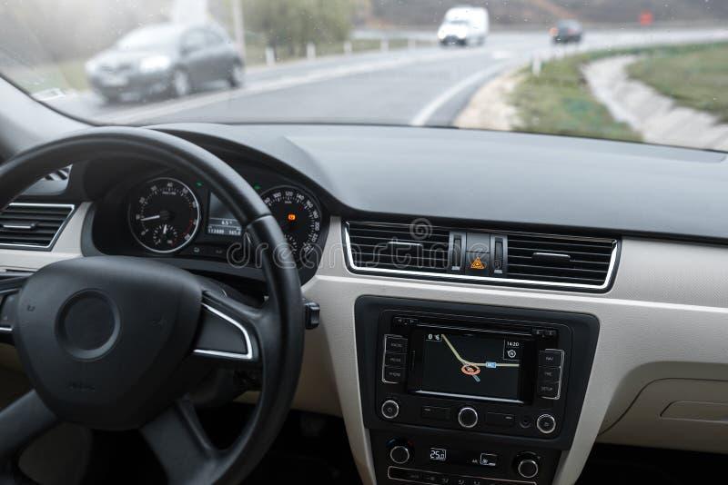 Samochodowy system nawigacji w nowożytnym samochodowym wnętrzu obraz royalty free