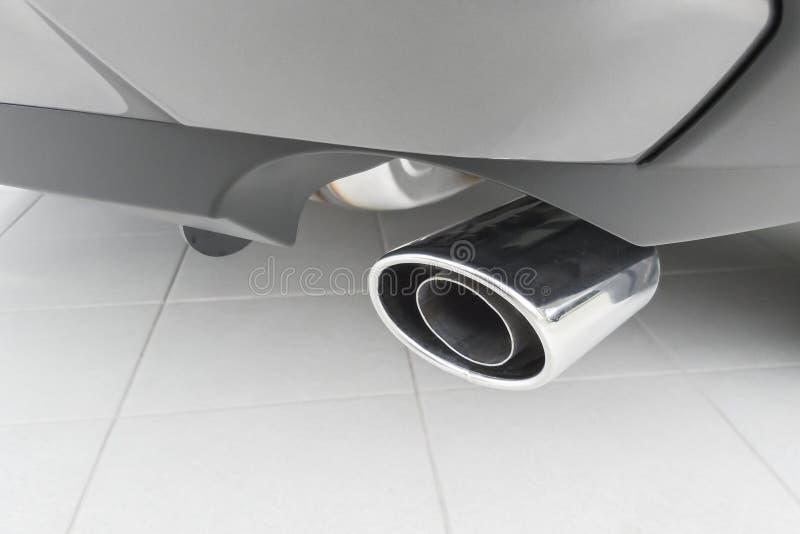 Samochodowy tyły z chromeplated wydmuchową drymbą fotografia royalty free