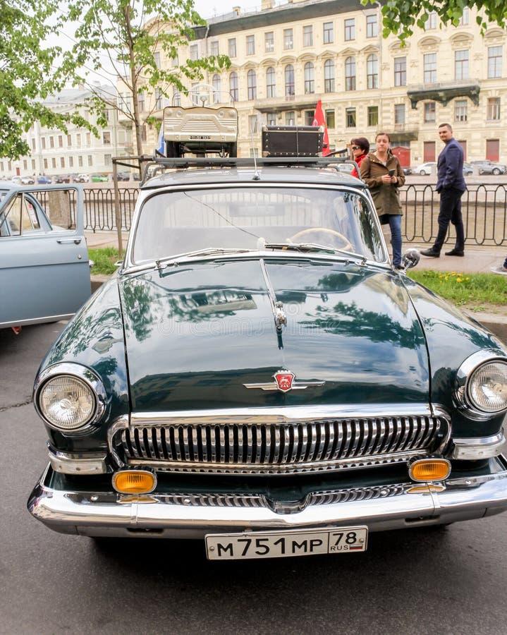 Samochodowy Volga z dachowym stojakiem fotografia stock